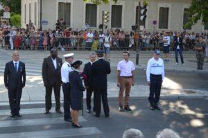 Monsieur le Préfet remet la médaille d'argent de la Sécurité Intérieure à Thierry.